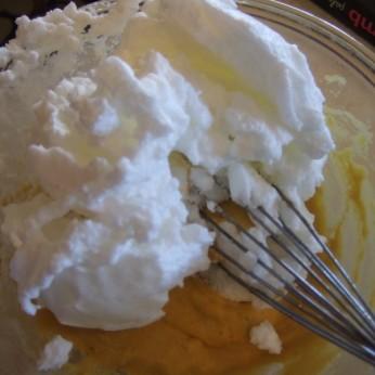 Совмещаем взбитые белки с желтково-кокосовой массой