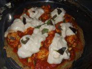 Начиненная пицца перед выпечкой