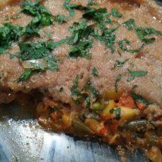 Пирог с запеченной бараниной, овощами и коржом из амаранта